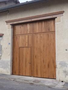 Porte de garage en bois, fabrication sur mesure par la menuiserie Lemaire à Sézanne dans la Marne